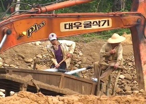 Đổ xô đào tìm vàng trên sông Tang. Ảnh: Trí Tín