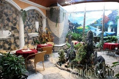 Khoảng sân vườn kiểu Pháp rộng thênh thang tại Mondo Gelato 91A Thợ Nhuộm, Hà Nội.