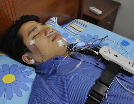 Máy đa ký giấc ngủ có thể giúp phát hiện tình trạng ngưng thở của bệnh nhân. Ảnh: Cao Lâm.