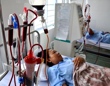 Những bệnh nhân đầu tiên đang được chạy thận nhân tạo tại Bệnh viện quận 8. Ảnh: Thiên Chương.