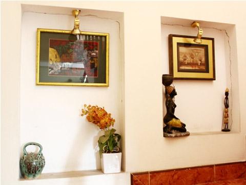 Gian bếp được thiết kế ngay tại tầng trệt. Lê Hoàng có thể viết báo, viết kịch bản ở chính trong căn bếp của mình.