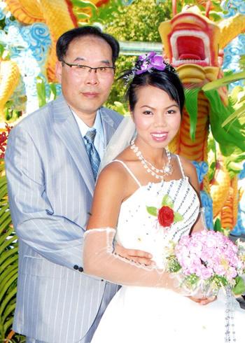 Cô dâu Thạch Thị Hoàng Ngọc với người chồng Hàn Quốc trong ngày cưới. Chỉ một tuần sau khi đặt chân đến xứ người, cô đã bị chồng tâm thần sát hại. Ảnh gia đình cung cấp