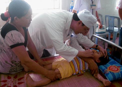 Bác sĩ đang khám bệnh tay chân miệng cho bệnh nhi Quảng Ngãi. Ảnh: Trí Tín