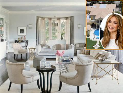 Nội thất rộng rãi được trang trí với tông màu trắng và xanh chủ đạo, toát lên sự lãng mạn, tinh tế và quyến rũ giống như chính con người của J.Lo.