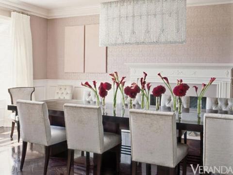 xen kẽ vẫn là những mảng màu nâu sẫm, hồng đào, xanh xám giúp tạo điểm nhấn cho ngôi nhà.