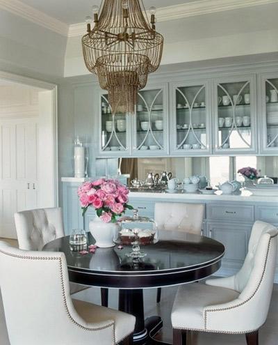 Ngắm nhìn phòng khách của J.Lo, bạn sẽ thấy được cảm giác thư giãn, thoải mái với những đồ nội thất làm từ chất liệu vải. Để cân bằng màu sắc và tạo sự mát mẻ, J.Lo chọn đèn chùm với chất liệu bằng đồng.