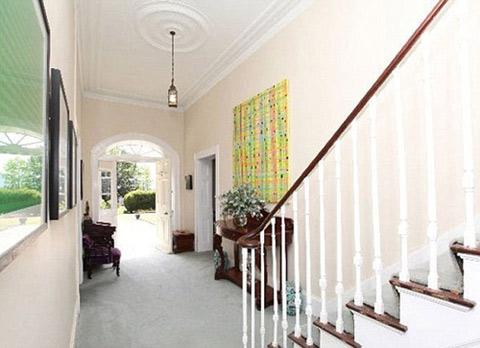 Biệt thự gồm nhiều phòng khách, 7 phòng ngủ, 3 phòng tắm.