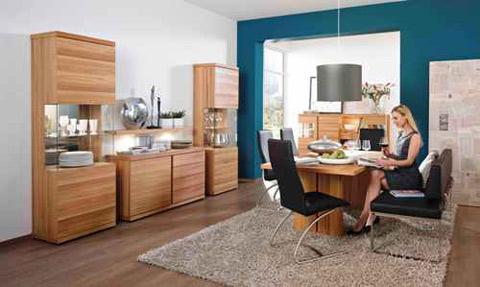 Xu hướng kết hợp gỗ và inox trong các thiết kế bàn ăn được áp dụng khá nhiều trong các mẫu năm nay. Nét mềm mại,ấm cúng của gỗ đi cùng với màu sắc lạnh của inox như tạo ra sự tương phản để làm nổi bật bộ phòng ăn. Bạn có nhiều lựa chọn cho bộ phòng ăn này như hệ thống tủ sideboard, các kiểu ghế ngồi kết hợp giữa da thật và inox hay chỉ đơn giản là gỗ và nỉ...