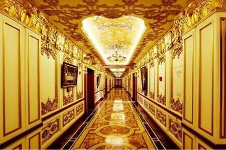 Dọc theo một trong những hành lang rất rộng của tòa nhà
