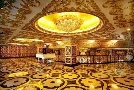 Chiếc piano trắng được đặt trong một không gian lộng lẫy.