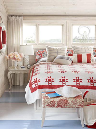 Sử dụng các loại vải có màu sắc nổi bật để tạo nên sự hứng khởi và sức sống. Không gian sẽ thêm hoàn hảo nếu bạn trang trí đồ nội thất màu trắng hoặc xanh mềm mại tôn lên tông màu đỏ chủ đạo.