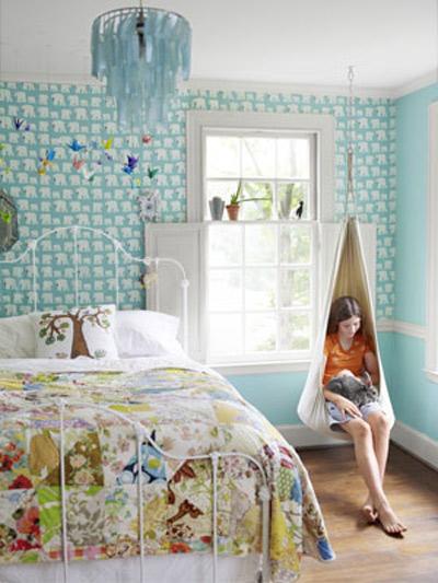 Với những công chúa và hoàng tử bé nhỏ đáng yêu của bạn thì nơi đây không chỉ đơn giản là nơi để ngủ mà căn phòng này thực sự là thế giới thu nhỏ để nuôi dưỡng những giấc mơ của các bé. Vì thế, bạn nên sử dụng màu sáng và dịu giúp các bé phiêu lưu và khám phá thế giới thú vị của mình.