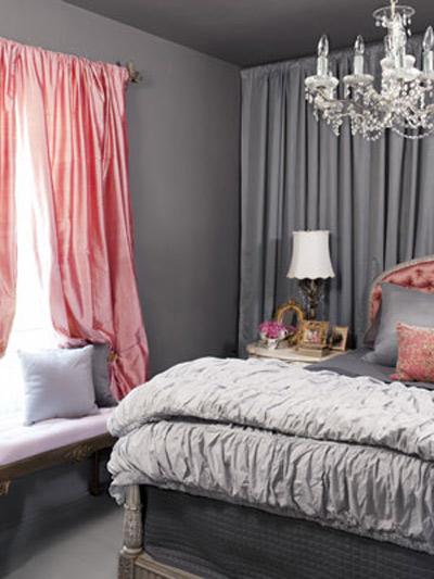 Sự kết hợp của các loại vải màu xám chất lượng cao, nội thất sang trọng và sắc hồng tô điểm giúp căn phòng ấm áp thêm ấn tượng.