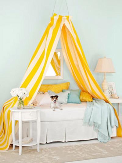 Sắc vàng: Thổi những tia nắng vàng tươi và sinh động vào căn phòng ngủ trên những chiếc gối và chăn mỏng bằng vải lanh có màu sắc nhẹ dịu.