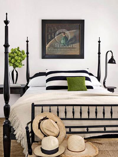 Màu đen: Sự tương phản giữa màu đen và trắng là kết hợp hoàn hảo giữa hai phong cách hiện đại và cổ điển. Bạn có thể thêm vào trong bảng màu đó các màu đơn sắc như xanh lá cây và bình hoa cho ấn tượng.