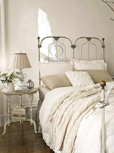 Màu trắng bao phủ căn phòng là màu sơn tường, đệm, gối, ga trải giường&