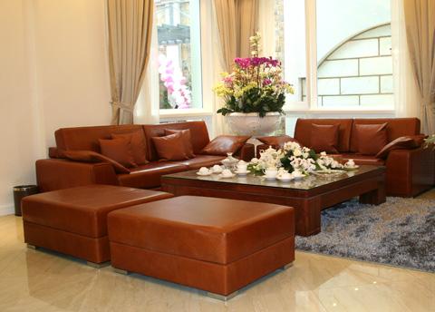 Chất liệu da được tôn lên trong những bộ sofa có kích thước lớn, bố cục theo kiểu quy tụ &
