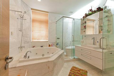 Tủ toilet sử dụng MFC chống ẩm màu trắng mà vẫn giữ được vẻ sang trọng quyến rũ.