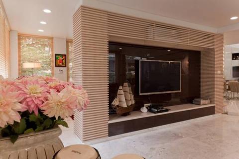 Kệ TV lại là một sự kết hợp tinh tế giữa Acrylic bóng gương màu nâu và Laminate Kingdom.
