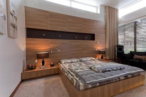 Phòng ngủ chính được kết hợp giữa Laminate Kingdom và Formica.