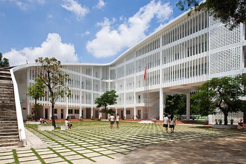 Trường THCS & PTTH Phan Chu Trinh nằm tại Dĩ An, tỉnh Bình Dương. Thành phố Bình Dương nằm cách thành phố Hồ Chí Minh khoảng 40 phút lái xe, là nơi có khí hậu ấm và nhiệt đới quanh năm. Khu đất nằm trọn trong một khu rừng xanh nhỏ với đa dạng những mảng thực vật xanh.