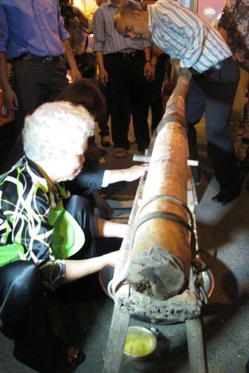 Chiếc cối gỗ dài bằng 2 người mới làm ra được món bánh hỏi dân dã.
