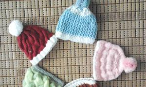 Mẹ khéo tay tự đan móc áo cho con
