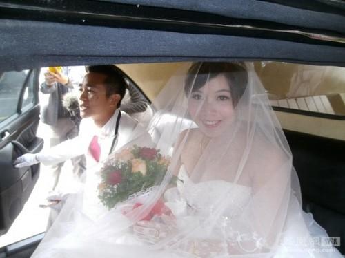 Cặp đôi rước dâu bằng... xe tang 1