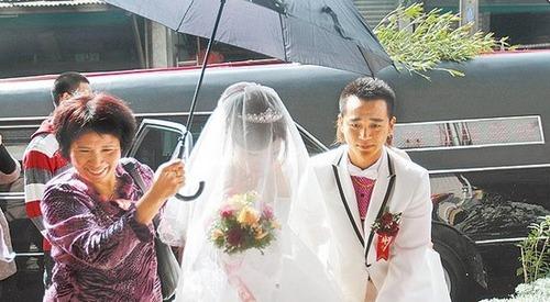 Cặp đôi rước dâu bằng... xe tang 3
