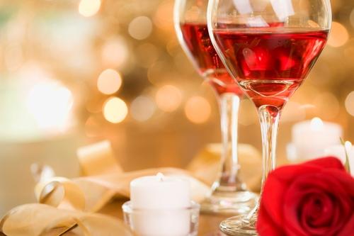 Rượu vang đỏ có thể giúp giúp vòng tuần hoàn hoạt động khỏe mạnh trong suốt thời gian quan hệ.