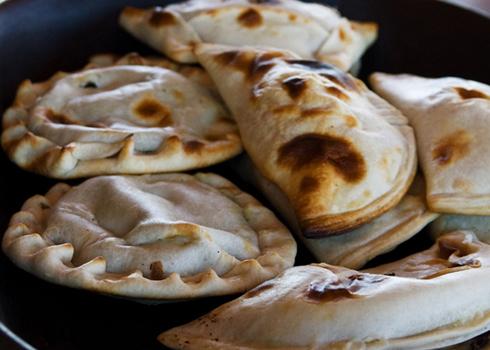 Bánh empanadas hay còn gọi là bánh ngô. Mỗi dịp lễ hội, các gia đình Chile đều tự làm loại bánh này hoặc mua về để dùng trong các bữa ăn. Bánh có hình dáng bên ngoài gần giống với bánh gối của Việt Nam, với lớp vỏ thơm ngậy làm từ bột mỳ, gói khéo léo thành từng chiếc nhỏ trong lòng bàn tay. Nhân bánh truyền thống thường bao gồm thịt bò hoặc hải sản, oliu thái nhỏ và trứng gà. Các loại bánh của Chile được dùng chung với một loại nước sốt đặc trưng làm từ rau ngò tây, tỏi băm nhỏ, oliu trộn cùng dầu ăn.