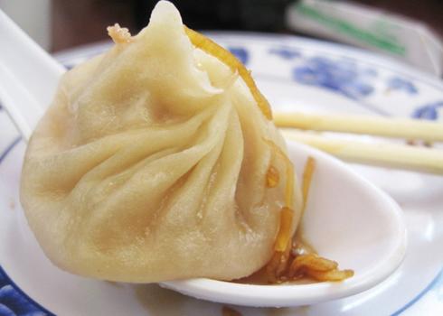 Soup bánh bao của Thượng Hải. Du khách sẽ không biết thưởng thức món ăn này như thế nào nếu không được hướng dẫn. Đầu tiên, bạn dùng đũa gắp đầu nhọn của bánh bao, nhúng nó vào nước tương. Sau đó đặt bánh bao trên thìa soup của bạn. Chọc một lỗ để cho nước soup thấm vào bên trong chiếc bánh bao. Húp hết phần nước soup đó và bắt đầu thưởng thức bánh bao.