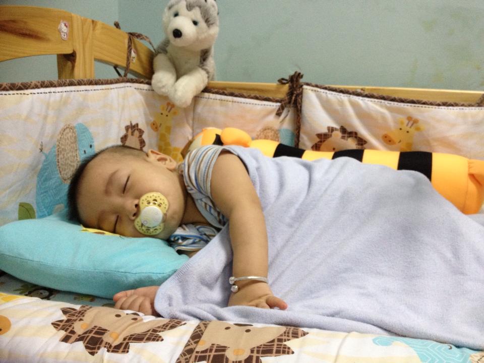 Bé Nguyễn Lê Minhtự ngủ trên cũi riêng đặt trong phòng bố mẹ. Ảnh: GĐCC.