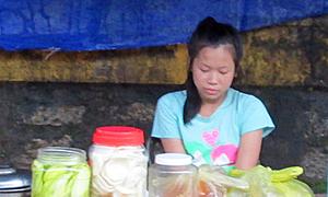 Cô bé 13 tuổi bán quà vặt kiếm tiền ăn học