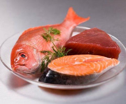 Mua cá, nên chọn những con mình cứng, mang đỏ tươi. Ảnh: HEalth.