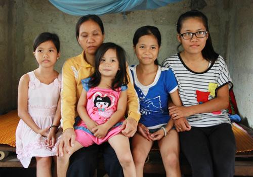 Mong ước lớn nhất của chị Trần Thị Thanh là bốn đứa con gái có thể không đứt đường học giữa chừng. Ảnh: Phúc Nguyễn