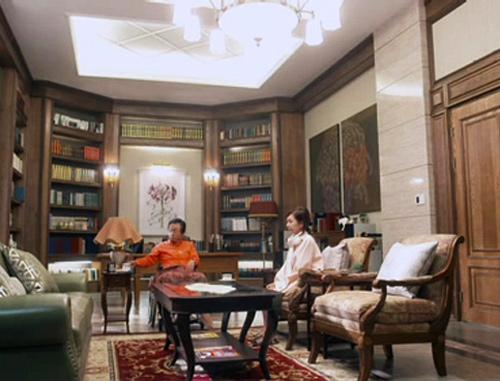 Phòng làm việc của chủ nhà cũng là nơi tiếp khách kín đáo. Đèn chùm lớn giúp cho căn phòng mang tông tối bớt thâm trầm.