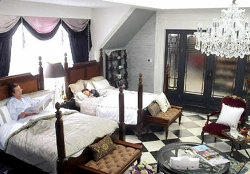 Phòng ngủ lớn của bố mẹ Kim Tan. Trong các căn phòng của biệt thự luôn có những chùm đèn lớn khác biệt thể hiện sự bề thế của căn nhà. Bộ giường lớn có giá 9.410 USD.