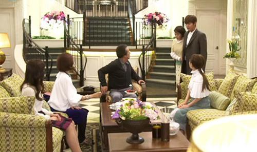 Phòng khách tầng một - nơi xuất hiện nhiều trong phim. Toàn bộ không gian tiếp khách có màu chủ đạo vàng tươi sáng. Bộ salon tiệp màu vàng-xanh.