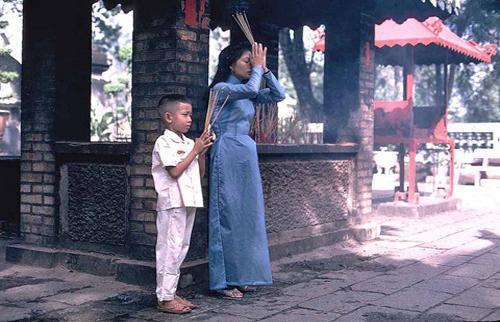 Đi lễ chùa và cầu khấn vào đầu năm mới.