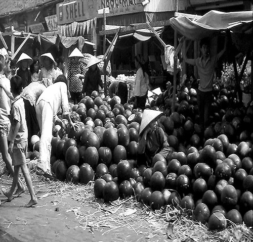 Dưa hấu được đổ bán tràn lan ngoài đường.