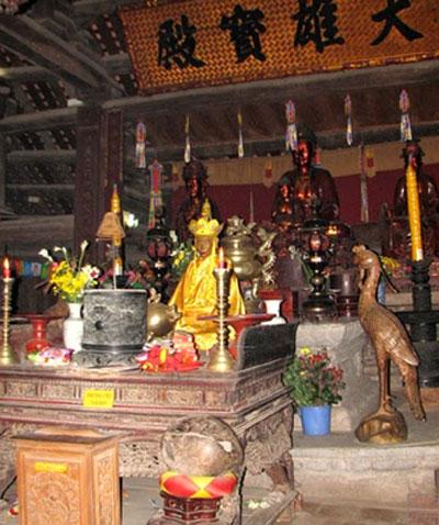 Ban đầu chùa Thầy chỉ là một am nhỏ gọi là Hương Hải am, nơi Thiền sư Từ Đạo Hạnh trụ trì. Vua Lý Nhân Tông đã cho xây dựng lại gồm hai cụm chùa: chùa Cao (Đỉnh Sơn Tự) trên núi và chùa Dưới (tức chùa Cả, tên chữ là Thiên Phúc Tự). Đầu thế kỷ 17, Dĩnh Quận Công cùng hoàng tộc chăm lo việc trùng tu, xây dựng điện thờ Phật , điện thờ Thánh; sau đó là nhà hậu, nhà bia, gác chuông.