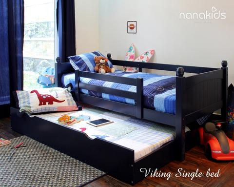 Giường đơn Nanakids Viking được thiết kế kèm theo ngăn kéo gầm, dùng để làm giường ngủ thứ hai hoặc ngăn chứa vật dụng. Tầng trên dành cho trẻ từ 6 tuổi trở lên, chịu được trọng lượng 80kg. Giường có 3 màu thời trang: trắng, mật ong, xanh navy để dễ dàng lựa chọn, trang trí theo sở thích, tính cách của các bé.