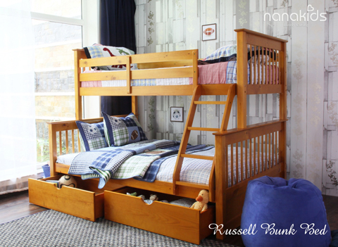 Giường tầng Russell của Nanakids có khổ rộng 1m4 x 2m (tầng dưới) chịu được trọng lượng lên đến 150kg và 1m x 2m (tầng trên) chịu được trọng lượng tối đa 90 kg; có thể tách rời thành hai giường đơn rộng rãi cho 2 người nằm. Với thanh chắn giường cao, chắc chắn, bé sẽ an toàn khi ngủ trên cao. Bé còn có thể sử dụng thêm hộc kéo để đựng đồ chơi, tiết kiệm diện tích cho không gian phòng nhỏ hẹp.