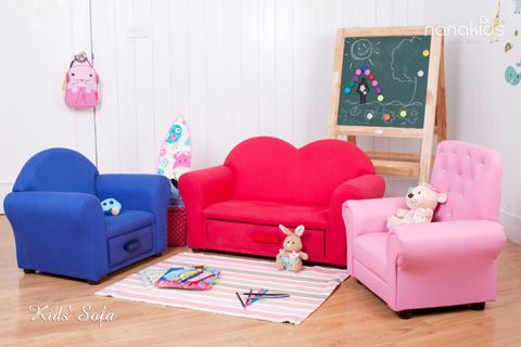 Nội thất phòng chơi Nanakids Kids Sofa có 3 kiểu dáng, màu sắc dành cho các bé. Chiếc ghế sẽ góp thêm phần sinh động khi bé nhập vai chàng hoàng tử, nàng công chúa đáng yêu trong các câu chuyện cổ tích. Nhờ có thiết kế mềm mại và làm từ chất liệu êm ái, bộ ghế sofa sẽ mang đến cho bé những giây phút thư giãn dễ chịu và thú vị.