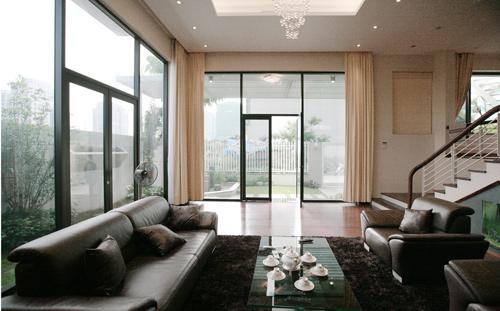 Phòng khách mở cửa trực tiếp ra vườn, thông thoáng và ngập tràn ánh sáng.