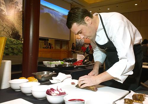 Đầu bếp Brendon Partridge trình bày cách chế biến các món ăn truyền thống của đất nước New Zealand trong một sự kiện kết nối ẩm thực tại TP HCM. Ảnh: Thi Trân.