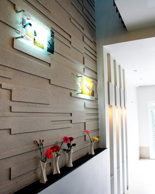Kệ tivi trong phòng khách cũng là bê tông ốp gỗ;  vị trí phòng khách cũng cho thấy ưu điểm của nhà lệch tầng tạo nên những view nhìn hấp dẫn hơn.