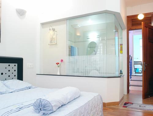 Phòng vệ sinh riêng trong phòng ngủ được làm bằng vách kính, tạo cảm giác nhẹ nhàng và sang trọng. Các thiết kế tinh giản đến mức tối thiểu.