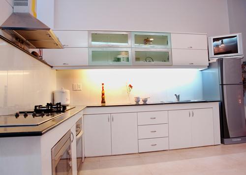 Kệ bếp cũng làm bằng bêtông, ốp gỗ bên ngoài nên giá thành giảm đi đáng kể.